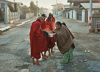 Spenden für birmanische Mönche
