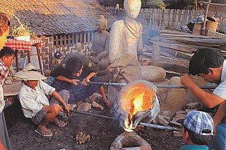 Brons gieten in een mal van een Boeddhabeeld
