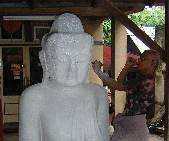 Een marmeren Boeddhabeeld hakken
