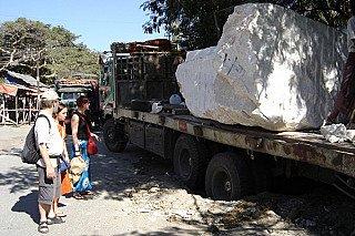 Groot marmeren blok op vrachtwagen