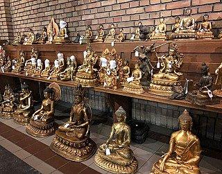 veel nepalese boeddhabeelden