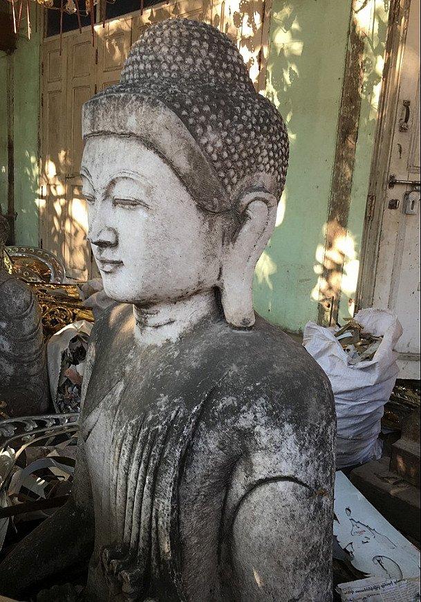 Kisten Buddha Statuen