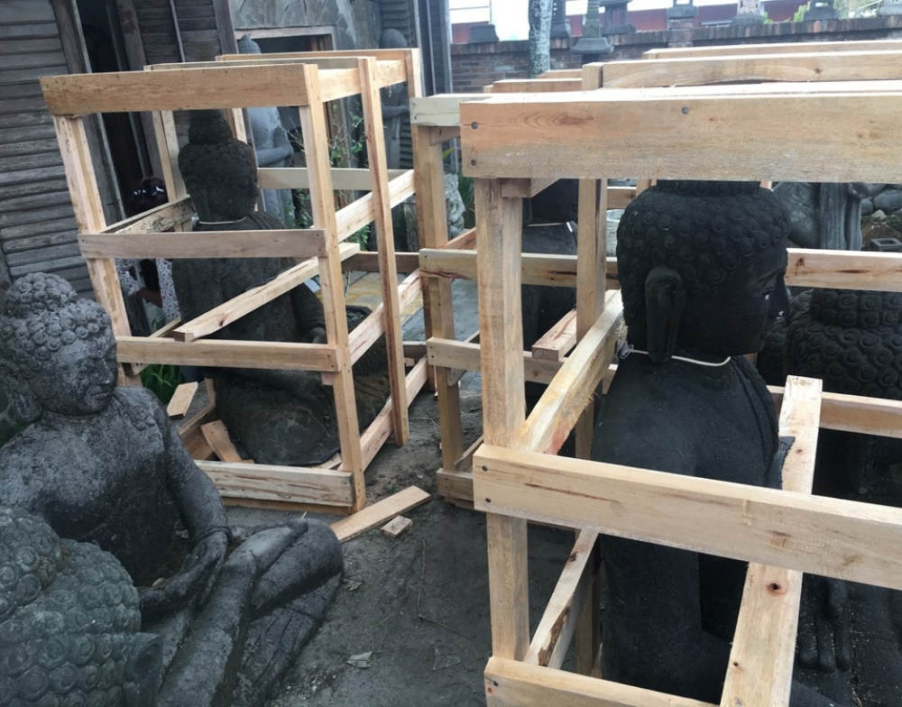 Packing and crating Buddha statues