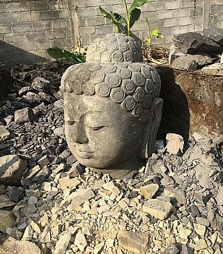 Groot lavastenen Boeddhahoofd