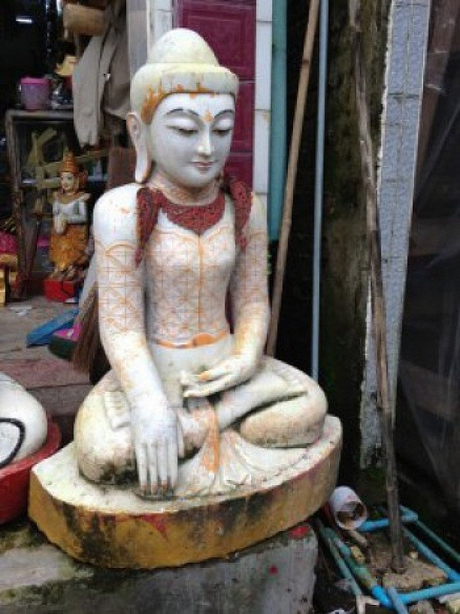 Grote marmeren Boeddha
