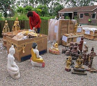 Boeddhabeelden uitpakken