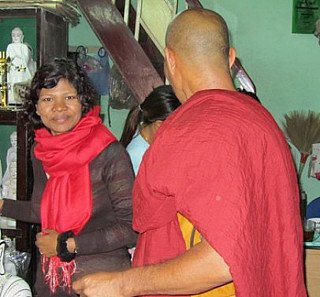 Sangita in discussie met een monnik