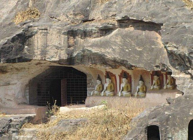 Een grot met veel originele Boeddhabeelden