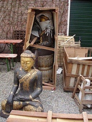 Buddha statuen in einer Kiste