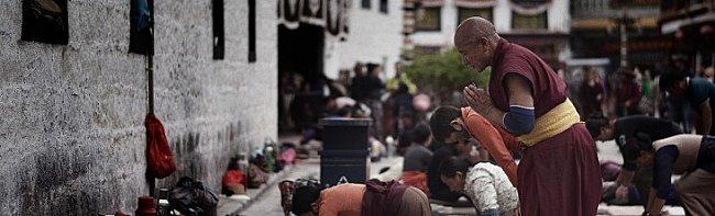 monk praying to jokhang temple