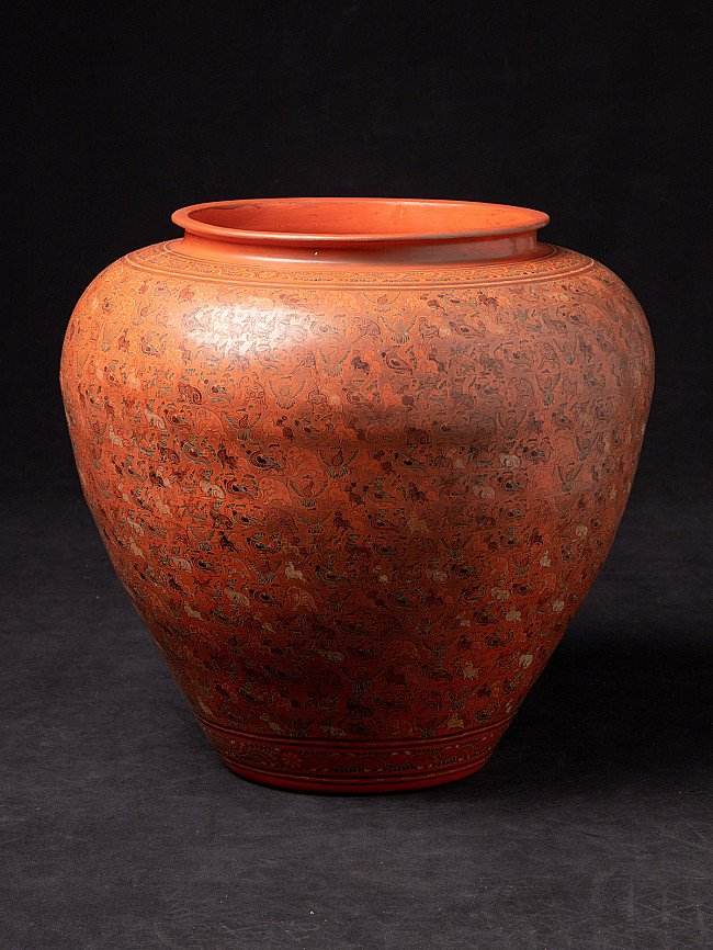 Newly made lacqerware vase