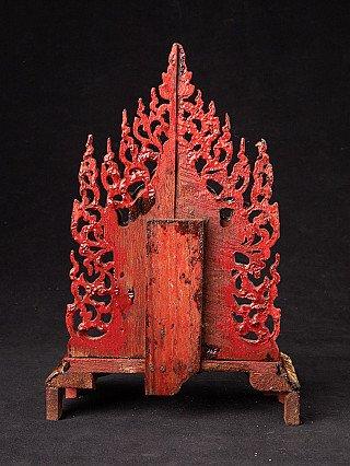 Antiek altaar met Boeddhabeeld