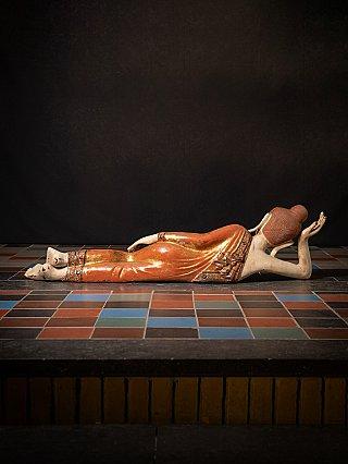 Zeer grote antieke liggende Boeddha