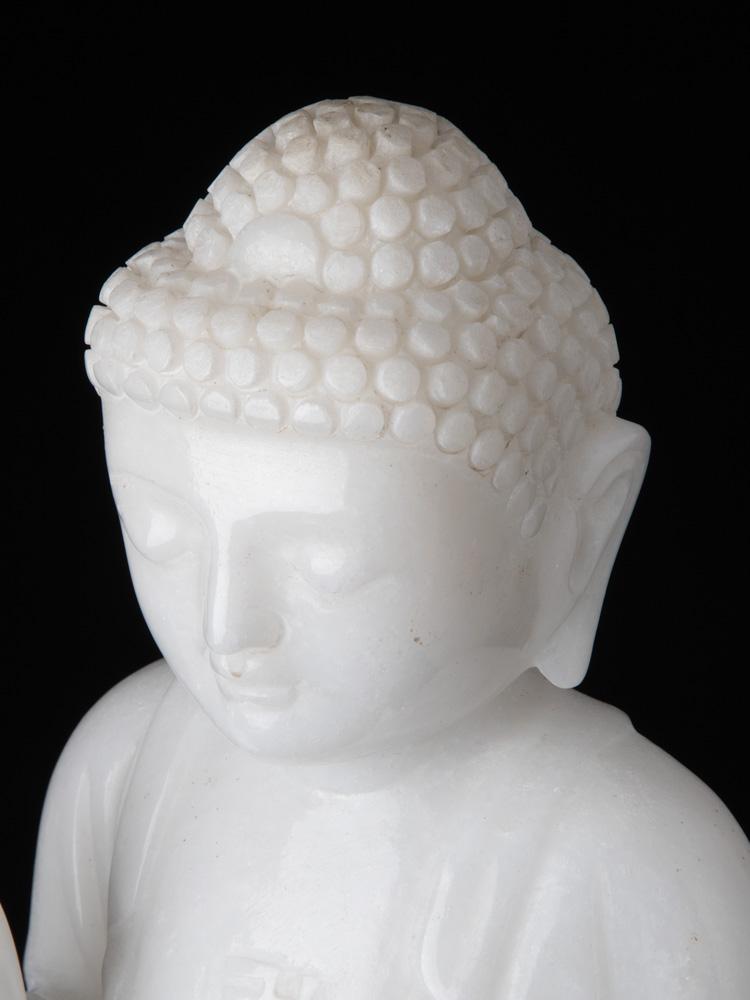 Staand marmeren Boeddhabeeld