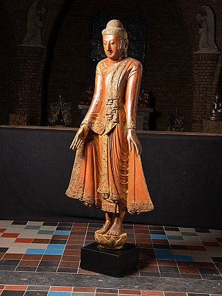 Antiker holzerner Mandalay Buddha