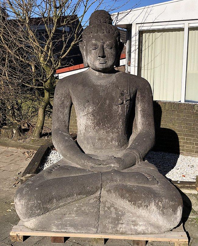 Groot lavastenen Boeddhabeeld