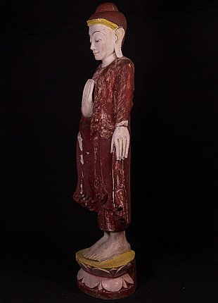 Alte holzerne stehende Mandalay Buddha Figur