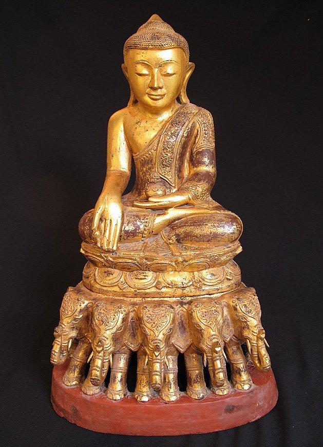 Oude Boeddha op olifantentroon