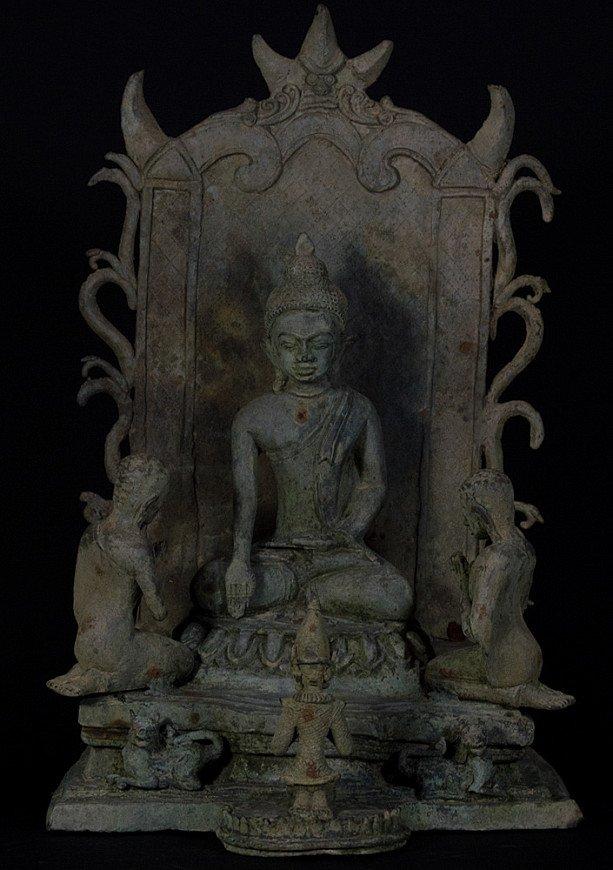 Bronzen boeddha op troon