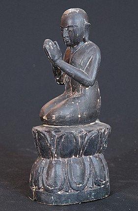 Oude knielende monnik
